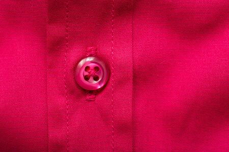 terciopelo rojo: Bot�n de camisa de terciopelo rojo de cerca