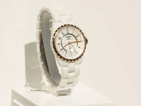 luxury goods: Bucarest, Rumania - 10 de julio 2014 Chanel reloj en escaparate Display fundada en 1909, es una casa de alta costura que se especializa en ropa de alta costura, art�culos de lujo y accesorios de moda