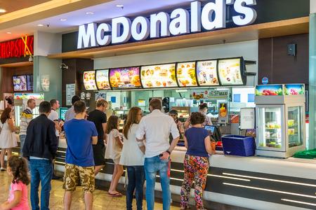bucarest: BUCAREST, Roumanie - 20 juillet 2014 Les gens qui ach�tent de fast-food de restaurant McDonald McDonald est la principale cha�ne de restaurants fast-food en Roumanie