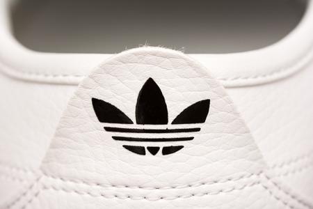 adidas: BOEKAREST, ROEMENIË - 23 juli 2014 Adidas Sign On Adidas sportschoenen, opgericht in 1924 is een Duitse multinational die ontwerpt en produceert sportschoenen, kleding en accessoires Redactioneel