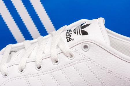 adidas: Boekarest, Roemenië - 23 juli 2014 Adidas sportschoenen Close Up, opgericht in 1924 is een Duitse multinational die ontwerpt en produceert sportschoenen, kleding en accessoires Redactioneel