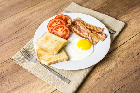 english breakfast: Healthy English Breakfast With Fried Egg, Toast, Bacon And Tomatoes