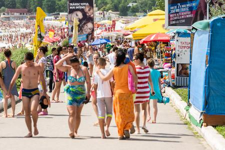 gente caminando: COSTINESTI, Rumania - el 29 de julio 2014: gente caminando en Costinesti Resort en la playa del Mar Negro. Editorial