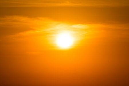 cielo atardecer: Puesta del sol anaranjada del cielo Foto de archivo