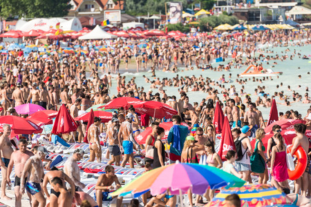 COSTINESTI, ROMANIA - JULY 30, 2014: Costinesti Beach Crowded With People At The Black Sea. 新聞圖片
