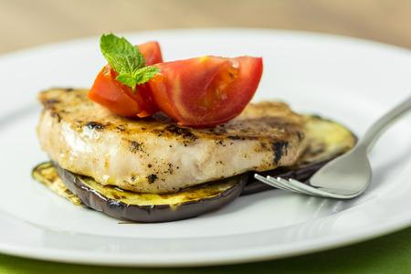 egg plant: La parrilla Berenjena rebanada Con Steak de cerdo y tomates en rodajas