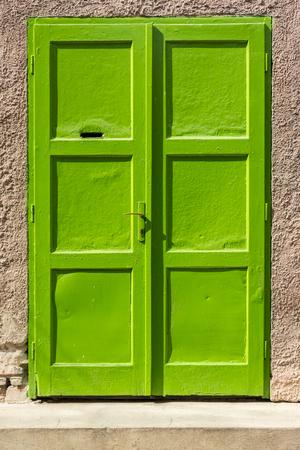 puerta verde: Puerta verde en la pared de hormig�n