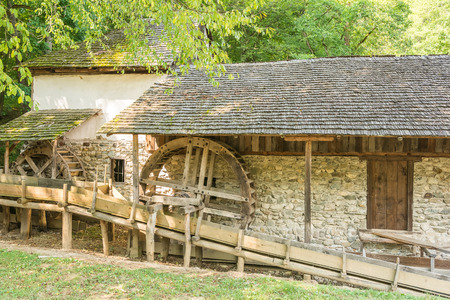 molino de agua: Molino de agua de madera vieja en bosque