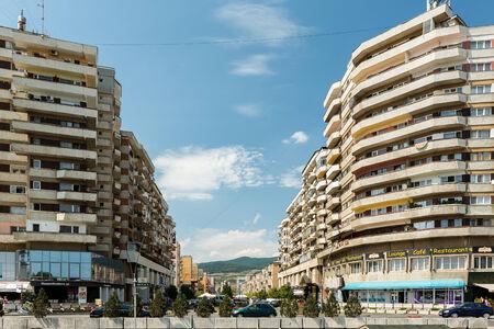 communistic: Iulia Alba, Rumania - 20 de agosto 2014: Construyendo Comunista Apartamentos Centro De Alba Iulia City.
