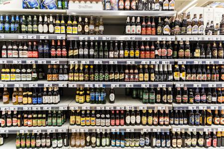 botella de licor: BUCAREST, RUMANIA - 06 de diciembre 2014: Botellas de cerveza en el supermercado Stand.