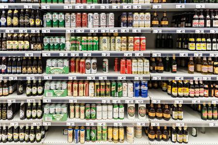 Bucarest, Roumanie - 6 décembre 2014: des canettes de bière sur Supermarché Stand.