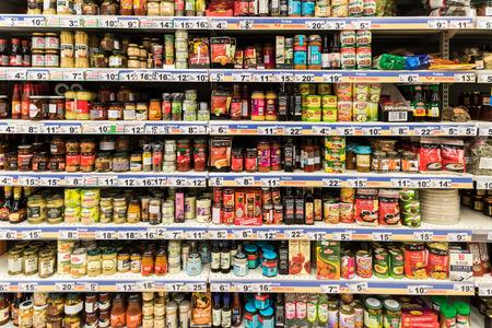 Bucarest, Rumania - 06 de diciembre 2014: Canned Food And especiales salsas en Supermercado stand.