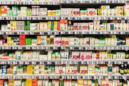 vitamina a: BUCAREST, RUMANIA - 06 de diciembre 2014: Las p�ldoras medicinales y suplementos en el Stand de Farmacia.