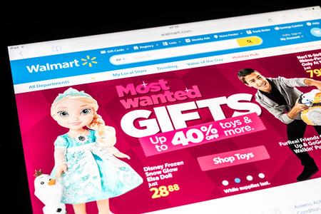 walmart: BUCAREST, RUMANIA - 09 de diciembre 2014: Walmart en sitio Web de Apple iPad Tablet Aire. Es la mayor cadena minorista del mundo que opera con descuentos grandes almacenes y tiendas de almac�n en Am�rica