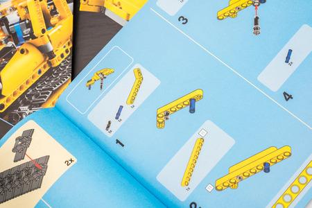 ブカレスト、ルーマニア - 2014 年 12 月 9 日: レゴテクニック取扱説明書。技術より高度なモデルを作成するレゴ コネクティング プラスチックロッド