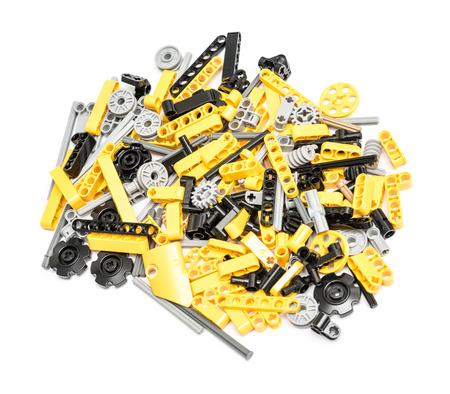 BOEKAREST, ROEMENIË - 9 december 2014: Lego Technic Stukken stapel geïsoleerd. Technic is een lijn van Lego tussendeur plastic staven en onderdelen die meer geavanceerde modellen met complexe beweegbare armen creëert.