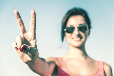 simbolo della pace: Foto Retro della ragazza con il segno di vittoria Archivio Fotografico