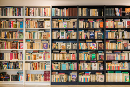 TIMISOARA, ROMANIA - AUGUST 24, 2014: Bookshelf In Library With Many Old Second-Hand Books For Sale. 新聞圖片