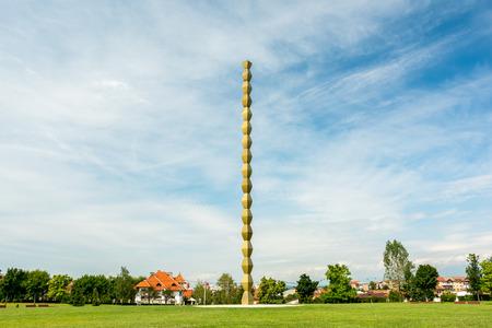 sacrificio: La columna sin fin (Columna de Infinito) hecha por Constantin Brancusi en Targu Jiu, Ruman�a simboliza el infinito sacrificio de soldados rumanos y se considera el punto superior del arte moderno.