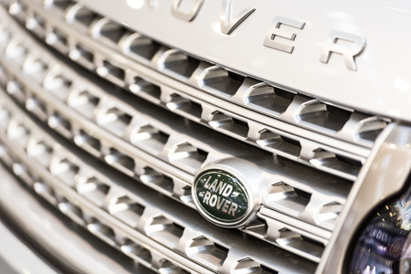 jaguar: BUCAREST, RUMANIA - 31 de octubre 2014: Land Rover sesión de primer plano. Fundada en 1948, es una marca del fabricante británico de automóviles Jaguar Land Rover, que se especializa en vehículos de cuatro ruedas motrices. Editorial