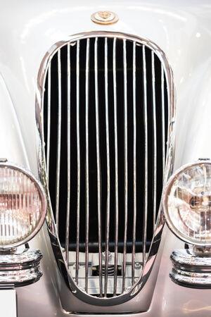 jaguar: BUCAREST, RUMANIA - 31 de octubre 2014: 1952 Jaguar XK 120 Close Up. Fundada en 1922, es un fabricante de automóviles de lujo multinacional británica con sede en Coventry, Inglaterra.