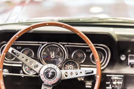 BUCHAREST, 루마니아 - 2014 년 10 월 31 일 : 1966 포드 머스탱 인테리어. 포드 머스탱은 포드 자동차 회사가 제조 한 자동차로 1964 년 4 월 17 일에 소개되었습
