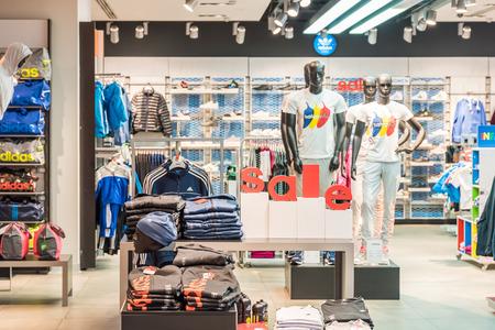 adidas: BOEKAREST, ROEMENIË - 28 januari 2015: Korting Sales bij Adidas Store. Adidas is een Duitse multinational die ontwerpt en produceert sportkleding en accessoires gevestigd in Duitsland.