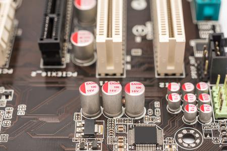 electrolytic: Chip de ordenador condensadores y resistencias en la placa base Foto de archivo