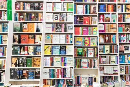 library: BUCAREST, RUMANIA - 23 de enero de 2015: Famosos Libros para la venta en la biblioteca estante.