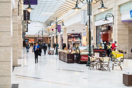 41b81a83ae9 #36840745 - 부카레스트, 루마니아 - 년 1 월 (27), 2015 고급 쇼핑몰 실내에서 쇼핑하는 사람들. 에디토리얼