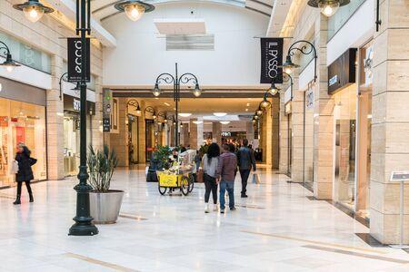 2c408162346 #36840746 - 부카레스트, 루마니아 - 년 1 월 (27), 2015 고급 쇼핑몰 실내에서 쇼핑하는 사람들. 에디토리얼