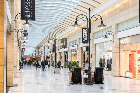부카레스트, 루마니아 - 년 1 월 (27), 2015 고급 쇼핑몰 실내에서 쇼핑하는 사람들.