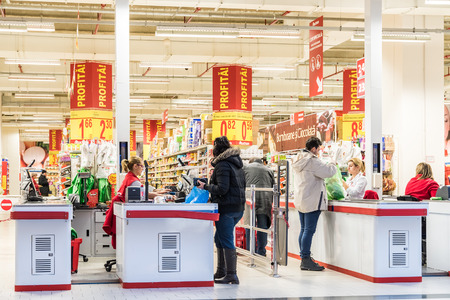 mostradores: BUCAREST, RUMANIA - 27 de enero 2015: La gente el check out a supermercado local. Editorial