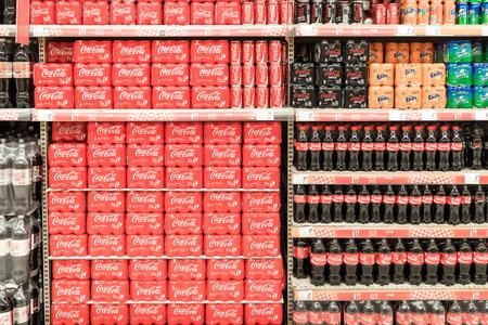 cola canette: BUCAREST, ROUMANIE - 28 janvier 2015: Soda boissons sur Supermarché Stand.