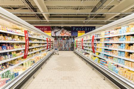 nevera: BUCAREST, RUMANIA - 25 de febrero 2015: Supermercado Food Refrigeradores En tienda pasillo.