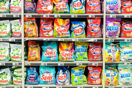 lavadora con ropa: BUCAREST, RUMANIA - 28 de febrero 2015: Los detergentes para la limpieza de lavander�a El estante de supermercado.