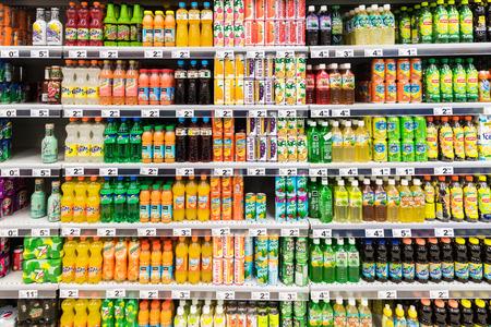 cola canette: BUCAREST, ROUMANIE - 28 février 2015: Soda boissons sur Supermarché Stand.