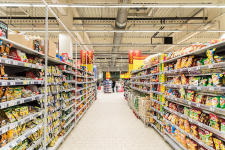 BUCHAREST, ROEMENIÃ‹ - MAART 01, 2015: Mensen Winkelen In Supermarkt Winkel Aisle.