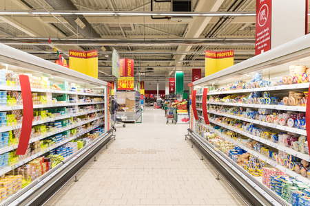 carro supermercado: BUCAREST, RUMANIA - 01 de marzo 2015: La gente en supermercado tienda de pasillo. Editorial