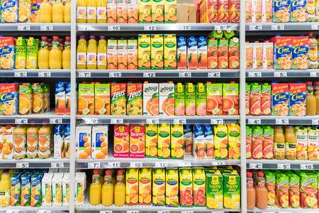 estanterias: BUCAREST, RUMANIA - 15 de marzo 2015: Naranja Soda Bottles jugo en supermercado Stand.