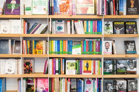biblioteca: BUCAREST, RUMANIA - 19 de marzo 2015: Bestseller Libros para la venta en la biblioteca estante. Editorial