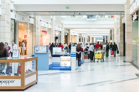 2ed86861893 #38714491 - BUCHAREST, 루마니아 - 2015 년 3 월 30 일 : 명품 쇼핑몰 내부에서 쇼핑하는 사람들. 에디토리얼