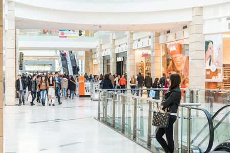 3ff65b78c0d #38714494 - BUCHAREST, 루마니아 - 2015 년 3 월 30 일 : 명품 쇼핑몰 내부에서 쇼핑하는 사람들. 에디토리얼