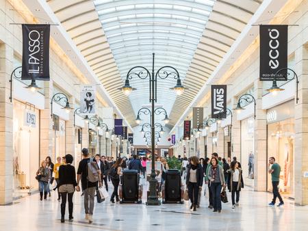 plaza comercial: BUCAREST, RUMANIA - 30 de marzo 2015: La gente de compras en el centro comercial de lujo Interior.