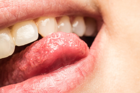 sacar la lengua: Labios Mujer Naturales Sacar la lengua Macro