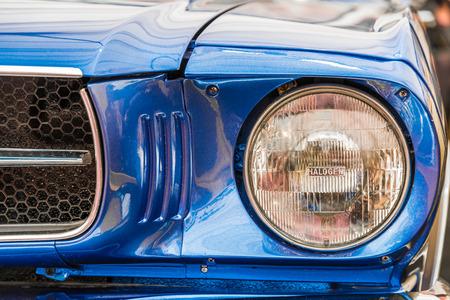 head light: La cabeza del coche de la vendimia Luz primer plano
