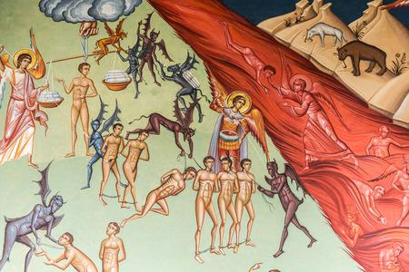infierno: Bucarest Rumanía 10 de mayo 2015: El cielo Versus Infierno Escena bíblica Pintura En La Iglesia Ortodoxa De La Nueva San Jorge. Editorial