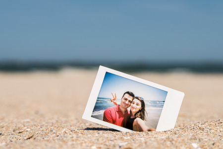 Polaroid Instant Photo Of Young Couple On The Beach Archivio Fotografico