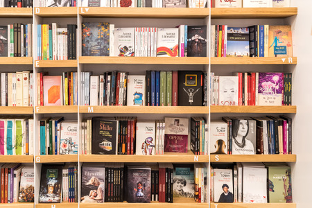 Bucarest Rumanía 31 de mayo 2015: Famous Classic Literatura Libros En Venta En Biblioteca Estante. Foto de archivo - 40599589
