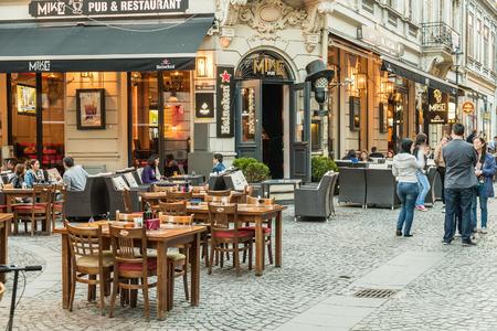 부카레스트 루마니아 2015년 5월 31일 : 야외 레스토랑 카페 시내 Lipscani 거리 중앙 부카레스트에서 가장 번화 한 거리 중 하나에서 점심을 방문 갖는 관 에디토리얼